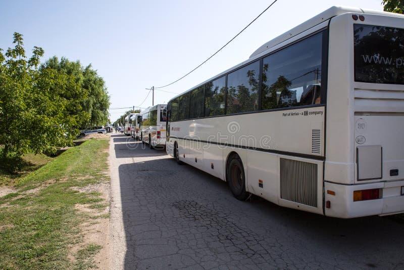 Τα λεωφορεία περιμένουν να μεταφέρουν τους φθάνοντας πρόσφυγες περαιτέρω σε Tovarni στοκ φωτογραφία με δικαίωμα ελεύθερης χρήσης