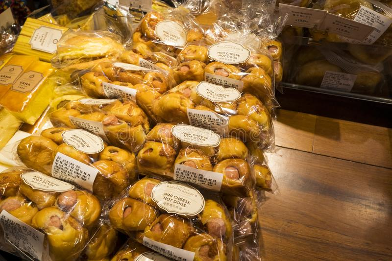 Τα εύγευστα μίνι χοτ-ντογκ τυριών είναι στην πώληση στο αρτοποιείο της Lillian στοκ εικόνα