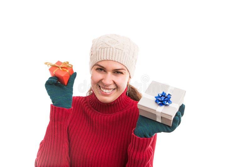 Τα εύθυμα και χαρούμενα νέα δώρα εκμετάλλευσης γυναικών ή παρουσιάζουν στοκ φωτογραφία με δικαίωμα ελεύθερης χρήσης