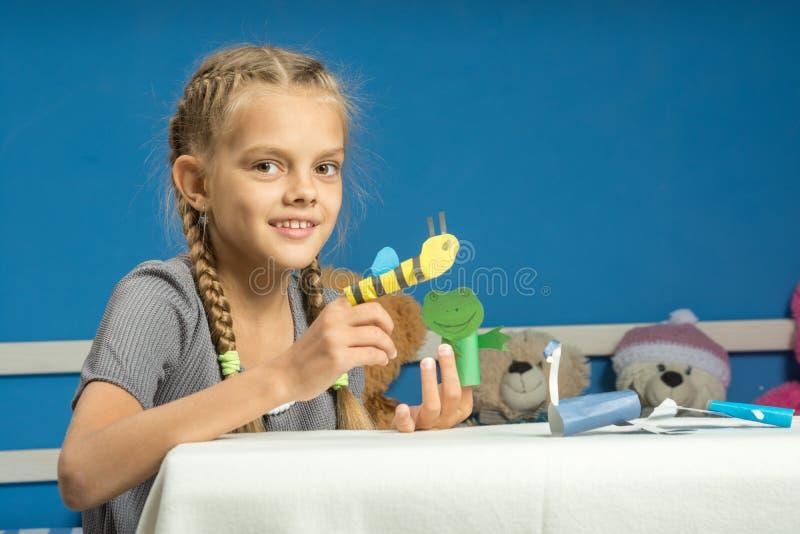 Τα εύθυμα παιχνίδια κοριτσιών στην προσωρινή μαριονέτα δάχτυλων παρουσιάζουν στοκ φωτογραφία με δικαίωμα ελεύθερης χρήσης