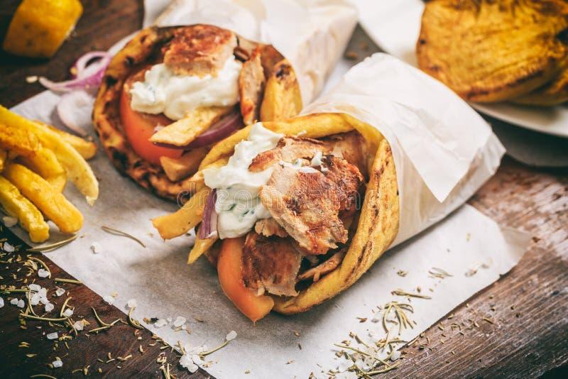 Τα ελληνικά γυροσκόπια σε ένα ψωμί pita στοκ φωτογραφία με δικαίωμα ελεύθερης χρήσης