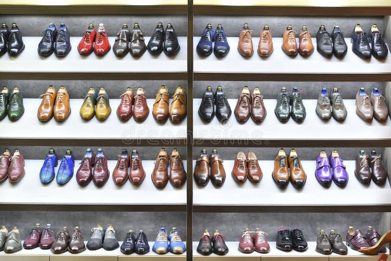 Τα ζευγάρια Colorfull των παπουτσιών εκτίθενται για την πώληση στοκ εικόνες