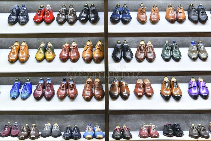 Τα ζευγάρια Colorfull των παπουτσιών εκτίθενται για την πώληση στοκ φωτογραφίες