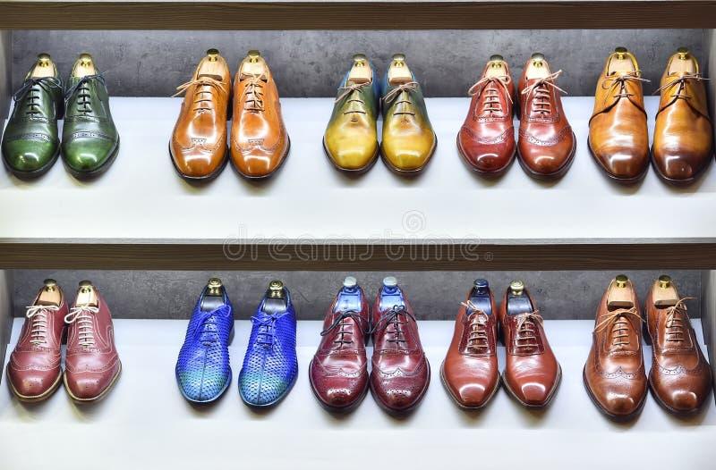 Τα ζευγάρια Colorfull των παπουτσιών εκτίθενται για την πώληση στοκ εικόνα με δικαίωμα ελεύθερης χρήσης