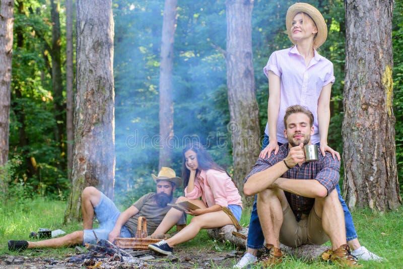 Τα ζεύγη ή οι οικογένειες φίλων επιχείρησης απολαμβάνουν μαζί το δάσος βρίσκουν το σύντροφο για να ταξιδεψουν και χαλάρωση φίλων στοκ εικόνα
