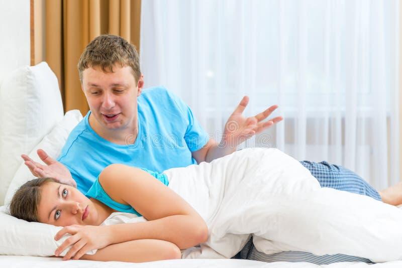 Τα ζεύγη μαλώνουν στο κρεβάτι στοκ εικόνες