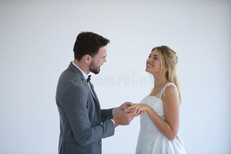 Τα ζεύγη που παντρεύονται είναι ευτυχή στοκ φωτογραφία με δικαίωμα ελεύθερης χρήσης