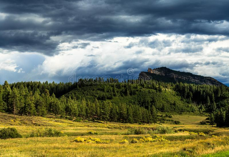 Τα ζωηρόχρωμα βουνά του Κολοράντο το φθινόπωρο στοκ εικόνα