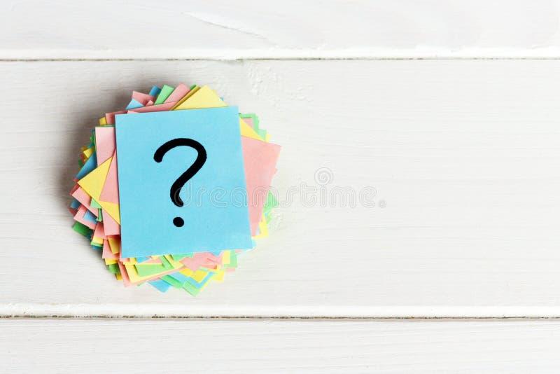 Τα ζωηρόχρωμα ερωτηματικά γραπτά τα εισιτήρια υπενθυμίσεων ρωτήστε ή επιχειρησιακή έννοια στοκ εικόνα με δικαίωμα ελεύθερης χρήσης
