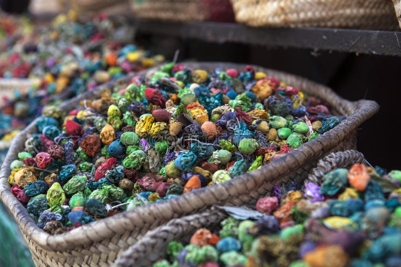 Τα ζωηρόχρωμα καρυκεύματα και τα λουλούδια σε μια αγορά ψωνίζουν στο Μαρακές - κεντρικό Μαρόκο στοκ εικόνες