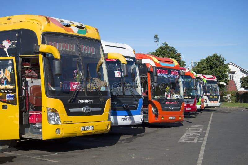 Τα ζωηρόχρωμα μεγάλης απόστασης λεωφορεία είναι στη στάση λεωφορείου της DA lat πριν από την αναχώρηση Βιετνάμ στοκ εικόνες