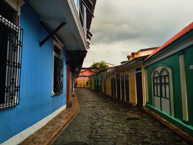 Τα ζωηρόχρωμα σπίτια στο α η οδός στοκ εικόνες με δικαίωμα ελεύθερης χρήσης