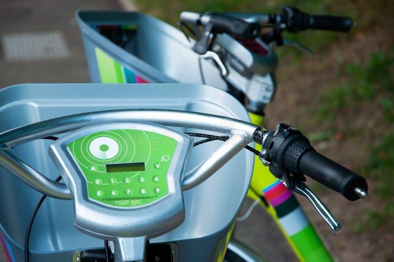Τα ηλεκτρικά ποδήλατα εμφανίζονται στοκ εικόνα
