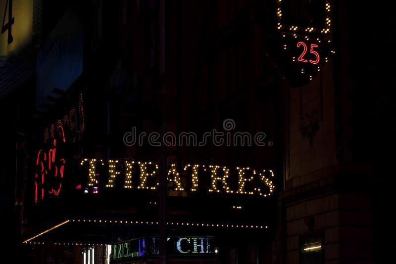 Τα θέατρα στη νύχτα NYC άναψαν το σημάδι στοκ φωτογραφίες