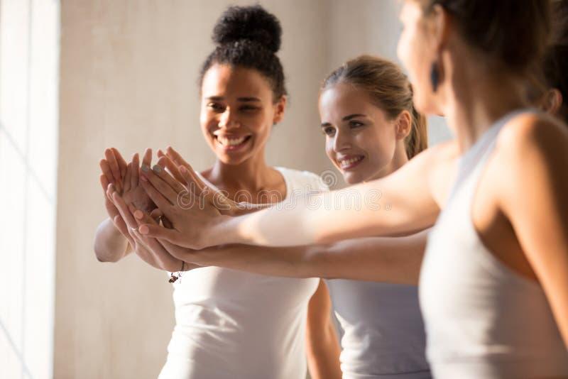 Τα θηλυκά που βάζουν τα χέρια μαζί, κλείνουν επάνω την εστίαση στις παλάμες στοκ φωτογραφία