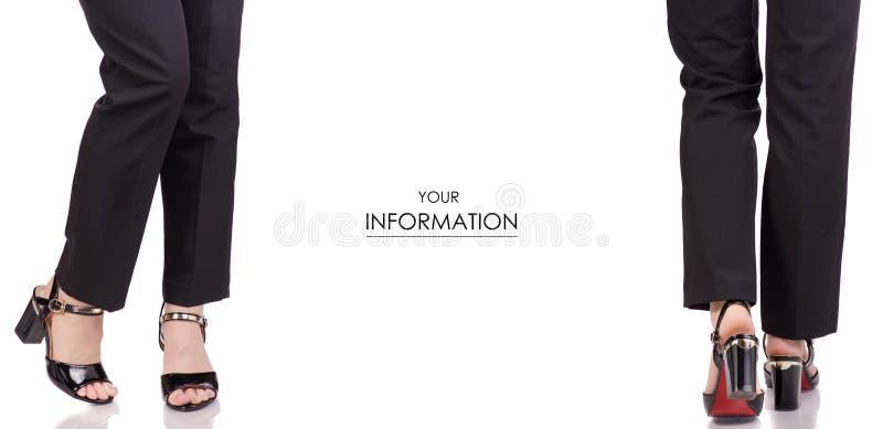 Τα θηλυκά πόδια στο κλασικό μαύρο εσωρούχων μαύρο λάκκας κατάστημα ομορφιάς μόδας ύφους παπουτσιών κλασικό αγοράζουν το καθορισμέ στοκ εικόνες