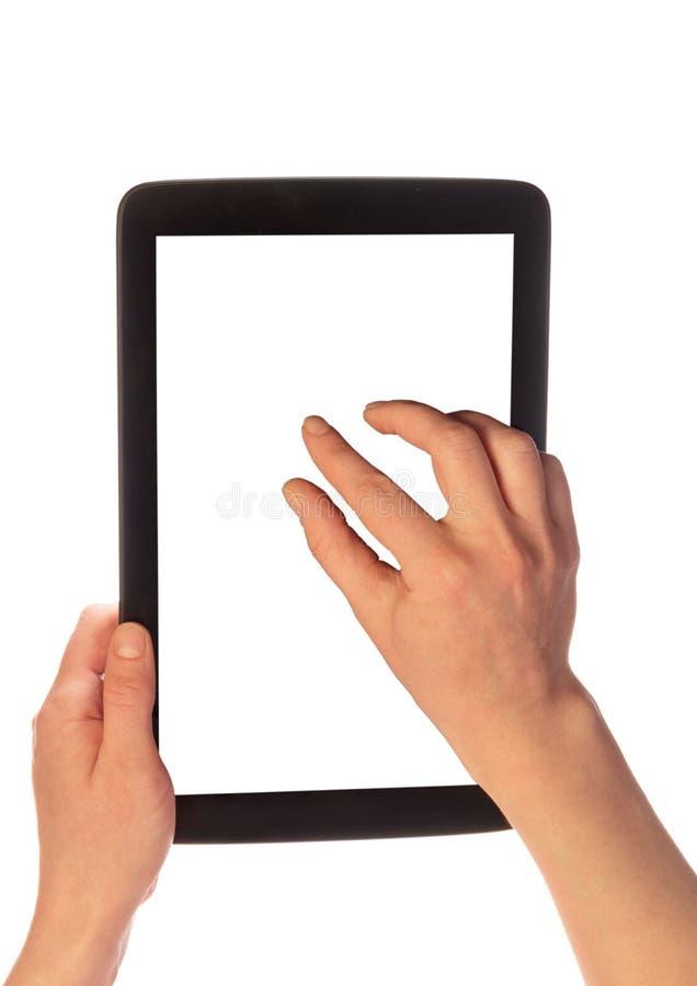 Τα θηλυκά χέρια ενισχύουν την εικόνα στην πορεία ψαλιδίσματος ταμπλετών στοκ εικόνα με δικαίωμα ελεύθερης χρήσης