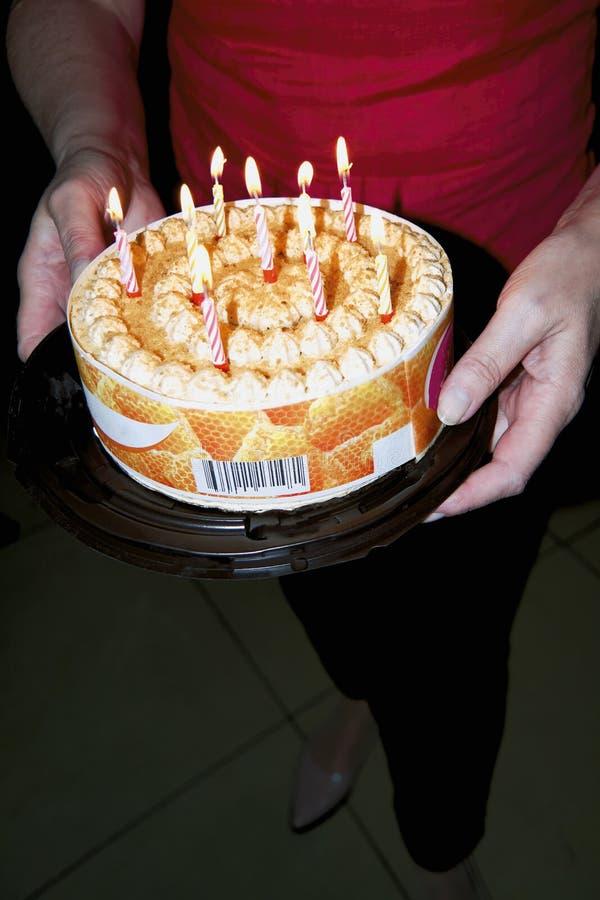 Τα θηλυκά χέρια κρατούν ένα εορταστικό κέικ στοκ εικόνες με δικαίωμα ελεύθερης χρήσης
