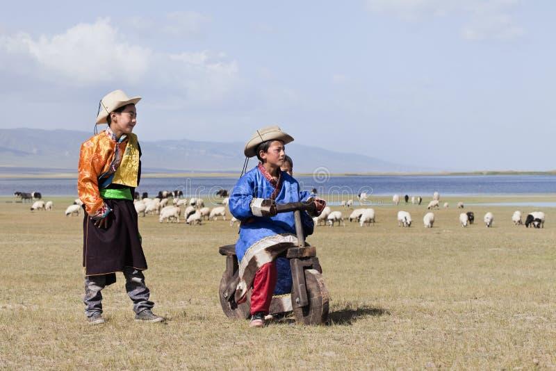 Τα θιβετιανά παιδιά παίζουν κοντά στη λίμνη Qinghai, Κίνα στοκ φωτογραφία με δικαίωμα ελεύθερης χρήσης