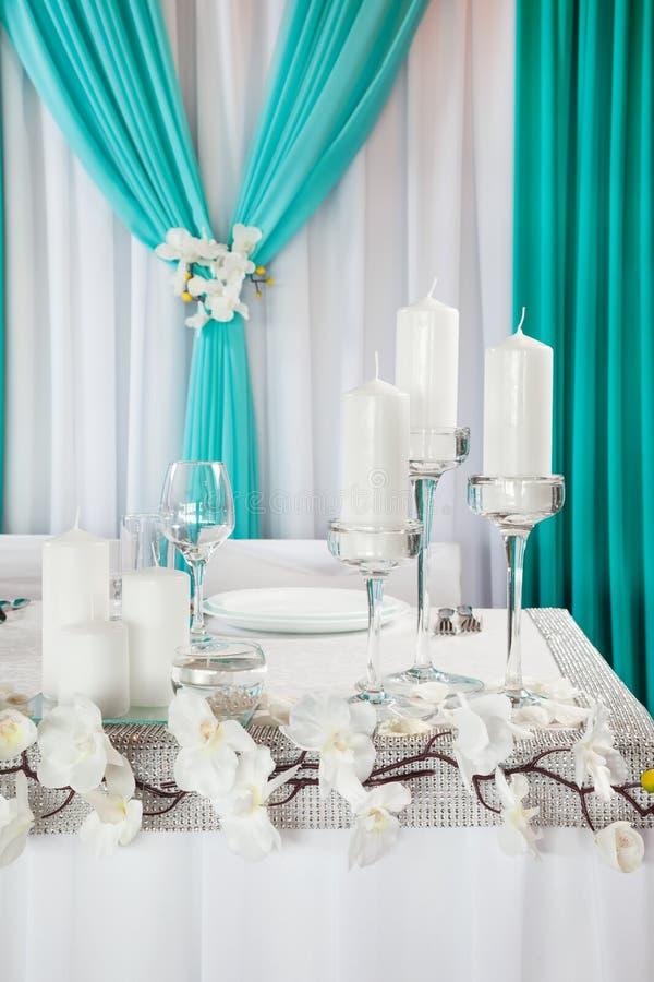 τα διακοσμημένα πέταλα μαργαριταριών εστίασης αυξήθηκαν ρηχός επιτραπέζιος γάμος στοκ φωτογραφία με δικαίωμα ελεύθερης χρήσης