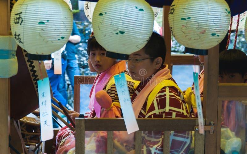 Τα ιαπωνικά παιδιά στο φεστιβάλ επιπλέουν στοκ φωτογραφίες