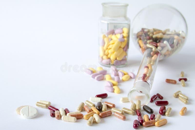 Τα ιατρικά χάπια είναι σε χρήματα στοκ εικόνες με δικαίωμα ελεύθερης χρήσης