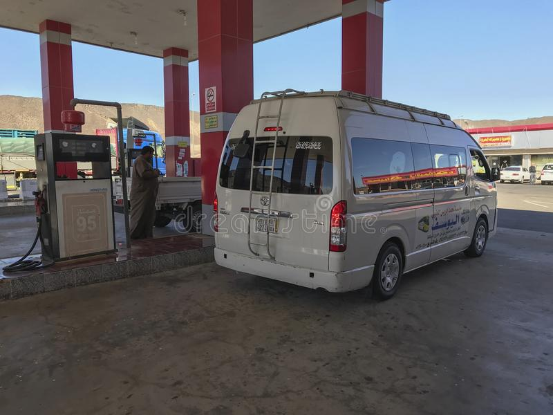 Τα ιδιωτικά και δημόσια οχήματα llne μέχρι την αφθονία δηλητηριάζουν με αέρια επάνω στο πρατήριο καυσίμων Al Khaleej makkah-Medin στοκ φωτογραφία με δικαίωμα ελεύθερης χρήσης