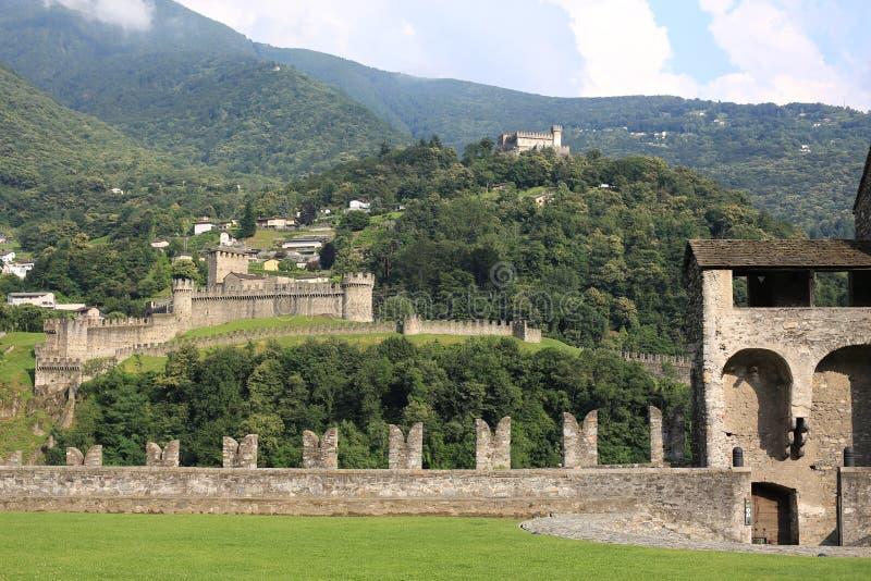 Τα ιστορικά κάστρα της Μπελιντζόνα σε Tessin, Ελβετία στοκ φωτογραφίες
