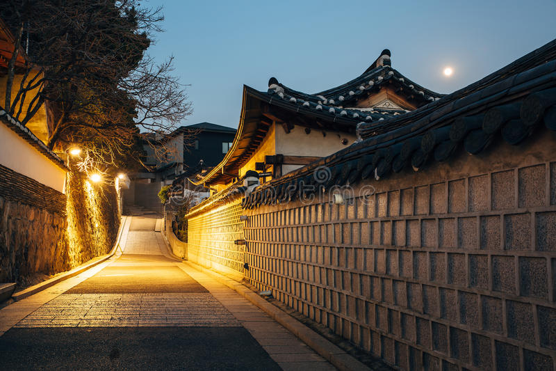 Τα ιστορικά σπίτια Bukchon Hanok τη νύχτα στην Κορέα στοκ φωτογραφίες με δικαίωμα ελεύθερης χρήσης