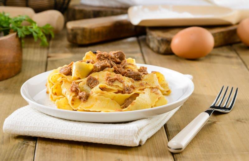 Τα ιταλικά ζυμαρικά, pappardelle με τη σάλτσα λαγών, selectiv στρέφονται στοκ εικόνα με δικαίωμα ελεύθερης χρήσης