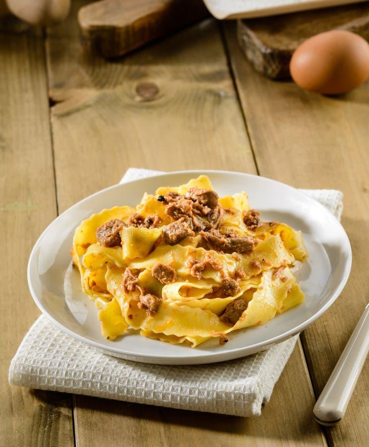 Τα ιταλικά ζυμαρικά, pappardelle με τη σάλτσα λαγών, selectiv στρέφονται στοκ φωτογραφία με δικαίωμα ελεύθερης χρήσης