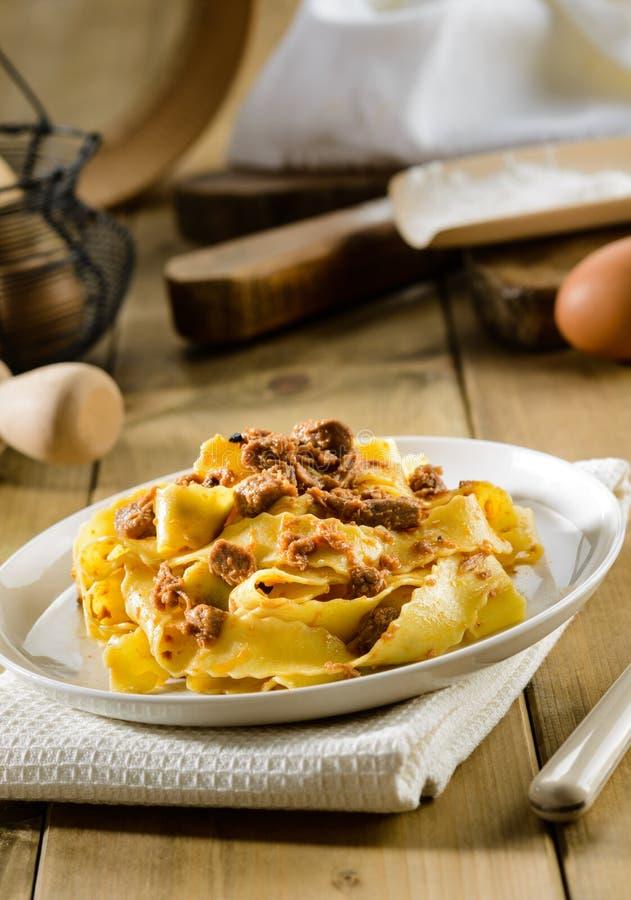 Τα ιταλικά ζυμαρικά, pappardelle με τη σάλτσα λαγών, selectiv στρέφονται στοκ φωτογραφίες