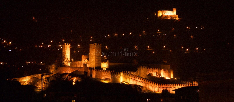 Τα κάστρα της Μπελιντζόνα τη νύχτα στοκ φωτογραφία με δικαίωμα ελεύθερης χρήσης