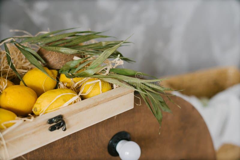 Τα κίτρινα λεμόνια βρίσκονται σε ένα ξύλινο κιβώτιο στοκ φωτογραφία