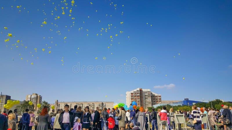 Τα κίτρινα μπαλόνια πέταξαν τον ουρανό στον εορτασμό στοκ φωτογραφία με δικαίωμα ελεύθερης χρήσης