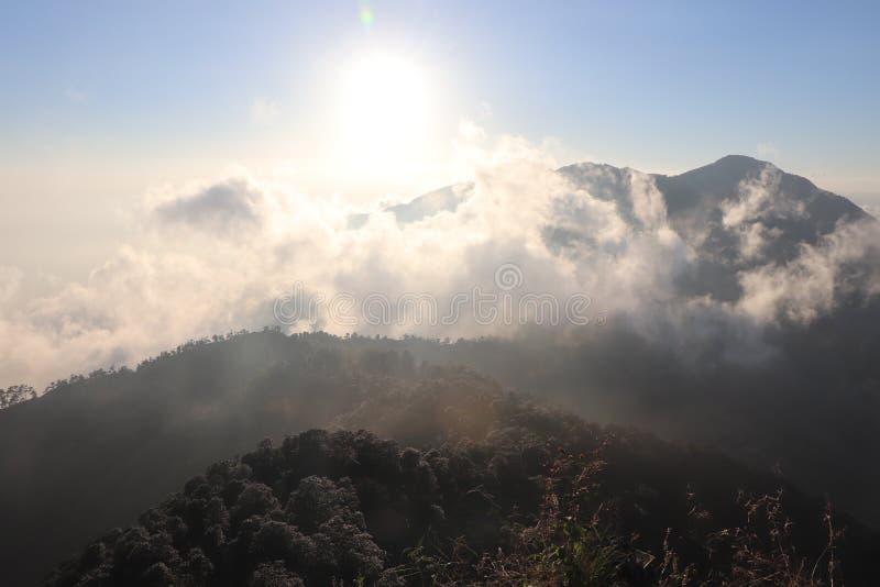 Τα καλλιτεχνίζοντα σύννεφα μέσω των λόφων στοκ εικόνα με δικαίωμα ελεύθερης χρήσης