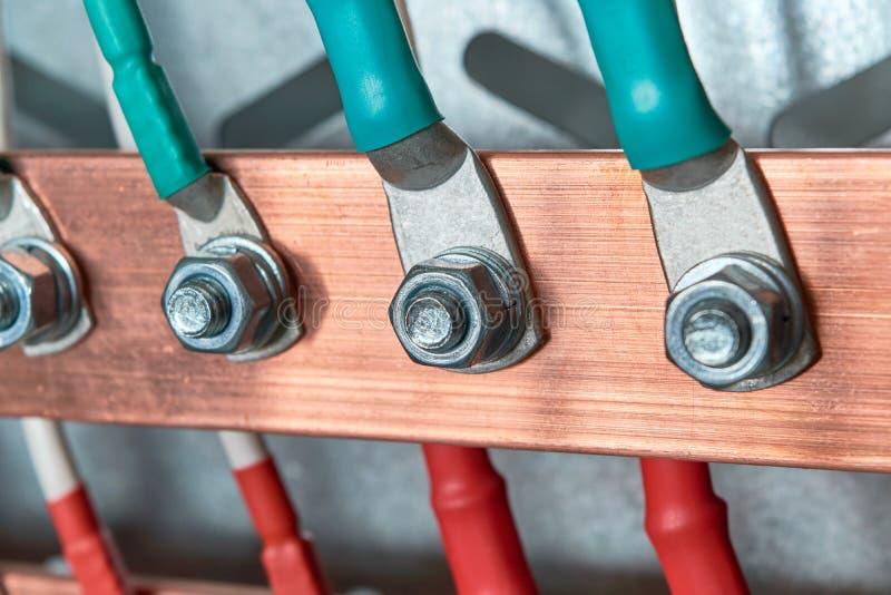 Τα καλώδια ή τα καλώδια συνδέονται με την ηλεκτρική μπάρα τροφοδότησης με τη βοήθεια lugs καλωδίων στοκ φωτογραφία με δικαίωμα ελεύθερης χρήσης