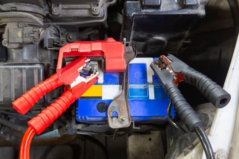 Τα καλώδια αλτών για τη φόρτιση της μπαταρίας οχημάτων προσδιορίζουν θετικός και αρνητικός στοκ εικόνες με δικαίωμα ελεύθερης χρήσης
