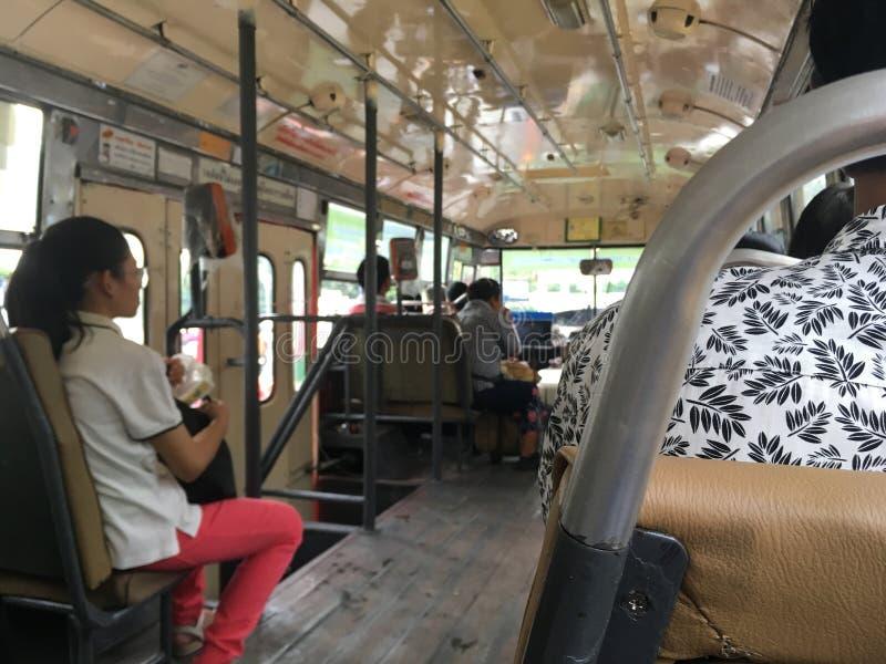 Τα κανονικά λεωφορεία με διάφορους επιβάτες διευθύνουν στους προορισμούς στοκ εικόνες
