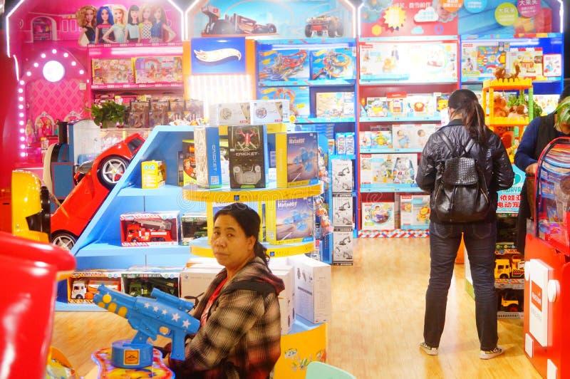 Τα καταστήματα παιχνιδιών παιδιών ` s, μέρη των νέων, ενδιαφερόντων παιχνιδιών είναι στην πώληση στοκ φωτογραφία με δικαίωμα ελεύθερης χρήσης