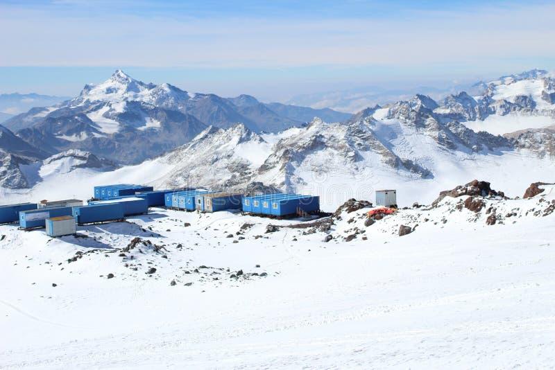 Τα καταφύγια για τους ορειβάτες τοποθετούν πλησίον Elbrus, Ρωσία στοκ φωτογραφίες