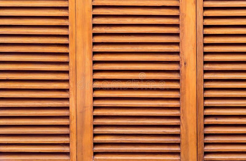 Τα καφετιά ξύλινα παραθυρόφυλλα κλείνουν επάνω στοκ εικόνες