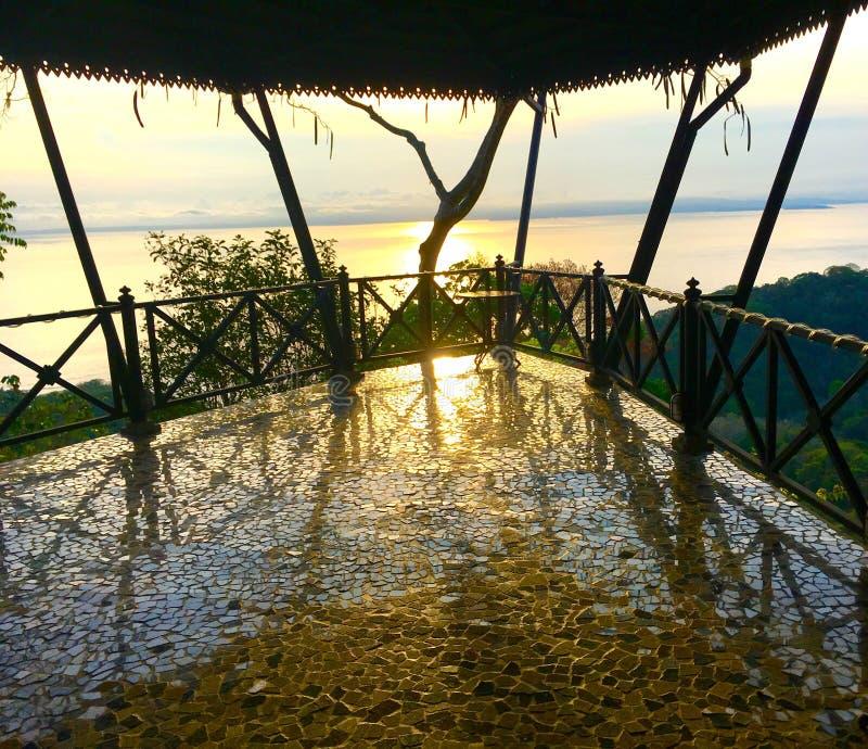 Τα κεραμίδια πατωμάτων μπαλκονιών απεικονίζουν το θερμό φως του ηλιοβασιλέματος στοκ φωτογραφίες με δικαίωμα ελεύθερης χρήσης