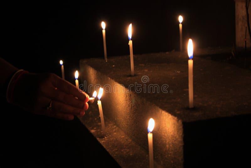 Τα κεριά φλογών θεωρούν την έννοια Κεριά σε μια σειρά στοκ εικόνες
