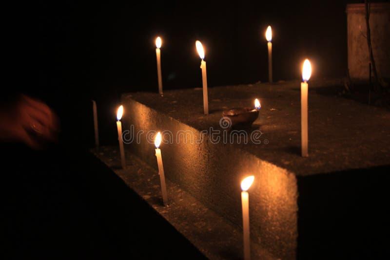 Τα κεριά φλογών θεωρούν την έννοια Κεριά σε μια σειρά στοκ φωτογραφία