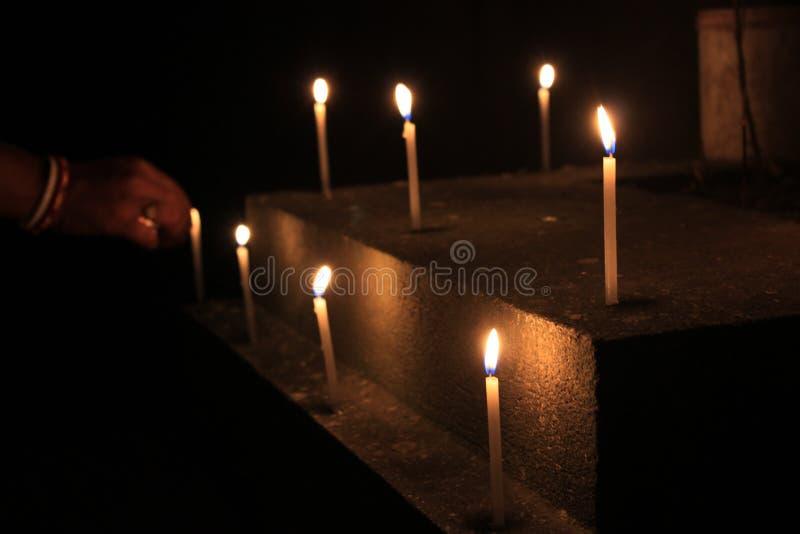 Τα κεριά φλογών θεωρούν την έννοια Κεριά σε μια σειρά στοκ εικόνες με δικαίωμα ελεύθερης χρήσης