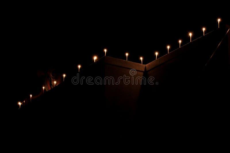 Τα κεριά φλογών θεωρούν την έννοια Κεριά σε μια σειρά στοκ εικόνα με δικαίωμα ελεύθερης χρήσης