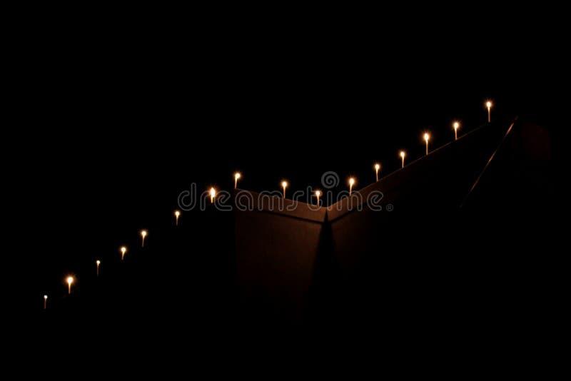 Τα κεριά φλογών θεωρούν την έννοια Κεριά σε μια σειρά στοκ φωτογραφία με δικαίωμα ελεύθερης χρήσης