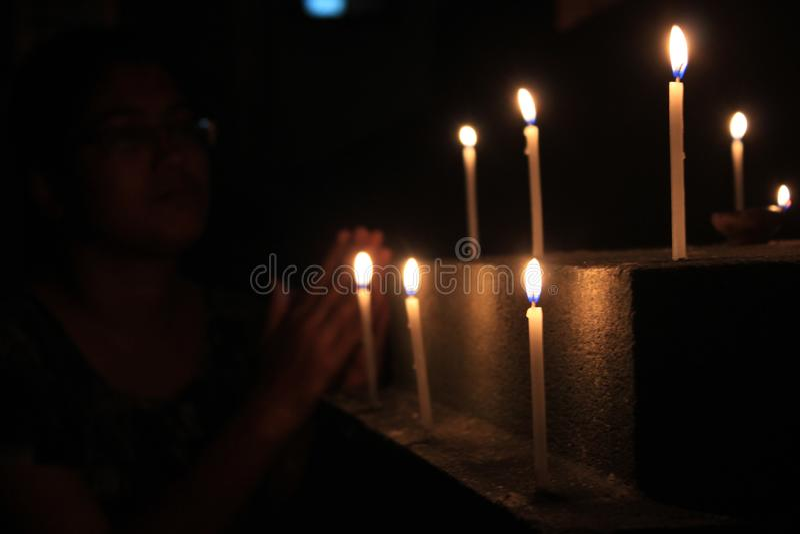 Τα κεριά φλογών θεωρούν την έννοια Κεριά σε μια σειρά Προσευχή γυναικών στοκ εικόνες με δικαίωμα ελεύθερης χρήσης