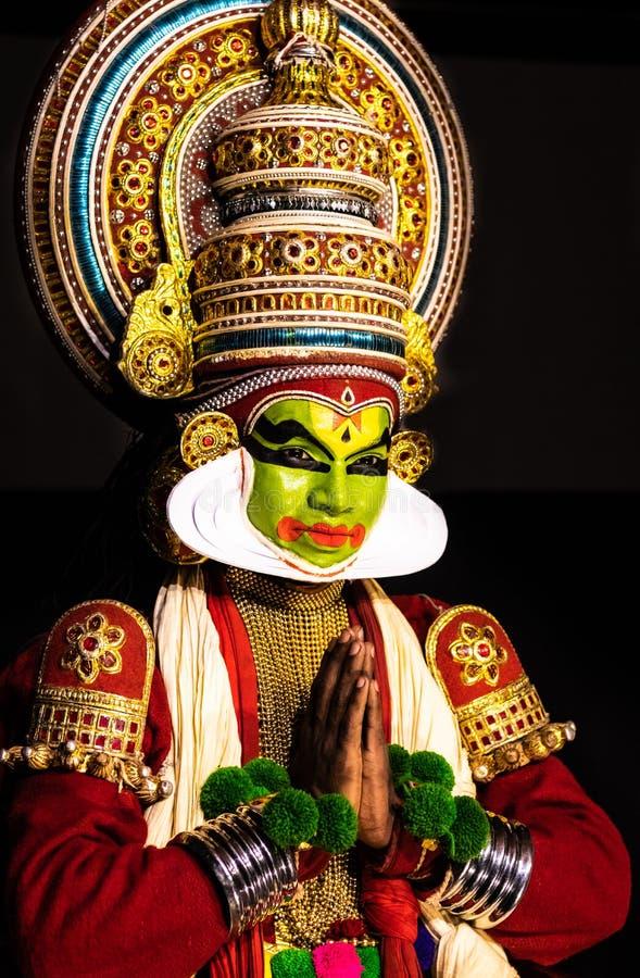 Τα κλασσικά άτομα χορού του Κεράλα Kathakali που χαιρετούν τη στάση κοιτάζουν προς το ακροατήριο στοκ εικόνες